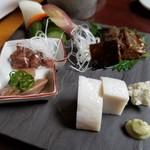 Dashinsoan - 酒肴の盛合せ(1500円) 上 漬物  右上 にしんの甘露煮  左 鴨のレバー2種  右下 蒲鉾 わさび漬け