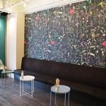 グッドテーブル 鎌倉 - 撮影などでインスタ映え間違いなし!! 可愛過ぎず、カッコ良過ぎず、力強くもあるバランスが最高な花柄の壁紙スペース!!