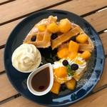 ウィラーエクスプレスカフェ - ジューシーなマンゴーがたっぷり!トロピカルマンゴーワッフル(税込\990)