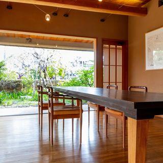 木材を基調とした柔らかな空間で、ゆったりと流れる時を愉しむ