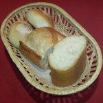 "au bon accueil - 新宿フレンチ""au bon accueil""ランチの「手作りのパン 峰屋」製パン横景"