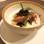 Restaurant Cinq - 2.コンソメジュレ 玉葱 ホタルイカ。キャビア オカワカメ キクラゲ 新玉葱ピュレ