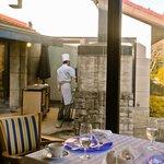 箱根ハイランドホテル ラ・フォーレ - 薪火用の炉前で調理中のシェフ