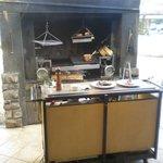 箱根ハイランドホテル ラ・フォーレ - 炉と調理を待つ食材(オマール海老と牛肉)