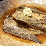 いっぽ - ◆鰈は2尾、甘辛いお味付けで見た目よりお味が浸みています。 上に生姜が盛られていますが、 生姜は薄くスライスして煮込むときに入れた方が美味しくなるように思いますけれど