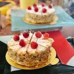 ヴィーナスコート 佐久平 - ツガーキルシュトルテ@サクランボのお酒キルシュワッサーのきいたバタークリームとジェノワーズ、まわりはスライスアーモンドがあしらわれています。ドイツの伝統ケーキ