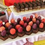 ヴィーナスコート 佐久平 - チョコレートタルト@タルトだけどシュクレ土台はなくほぼチョコのようなねっとりとした濃厚テリーヌ。マカロンはフレーバー違いで4種