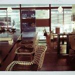 カフェノバ - 店内入口。縦長のお店。
