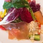 111940686 - レディスセットのサラダ。メイン程の大きいお皿で提供されます