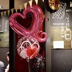 餃子とスパークリング バブルス - 店内はHAPPY BIRTHDAYモード