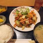 美食酒空間ごちそう家 - 肉野菜炒め定食670円