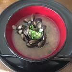 天塩港市場 銀恵水産 - しじみ汁の完成