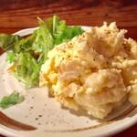スモークバーベキュー さくら - 燻製玉子、燻製沢庵入り、ポテトサラダ  500円
