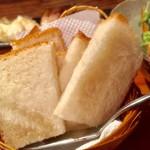 スモークバーベキュー さくら - フレッシュ鶏のレバパテ ラズベリーソース  680円 セットのパン