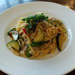 111944947 - 本日の日替わりパスタ 夏野菜のペペロンチーノ。                         サラダ、スープ、お茶付きで900円税込。