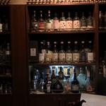 バー オクムラ - イチローズモルトが並んでいます。