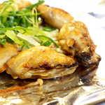 111951700 - 牡蠣はふっくら、味が濃くて旨い! 下に敷かれたえのきバターも酒を進ませる