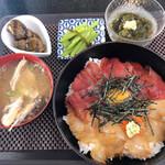 お食事処 まんまや - 紅白漬丼定食(中)+卵黄のせ