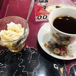 ザ・ビレッジ - サービスの水切りヨーグルトと紅茶