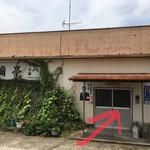 須彌亭 - 横側のPから最も分かりやすいサッシ扉は