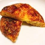 111982420 - ベーコンとチーズ、クルミ、マスタードのブリオッシュの断面