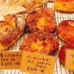 111982425 - ベーコンとチーズ、クルミ、マスタードのブリオッシュ