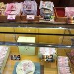 村岡屋 - 商品ラインナップの一部 訪問時期は3月下旬
