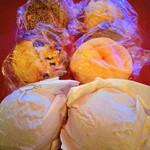 シンボパン - きのことズッキーニのカレーパン220円、メロンパン120円、シュクレ110円、ぶとうぱん120円、あんぱん110円