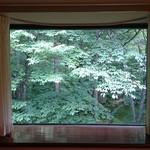 万平ホテル メインダイニングルーム - 窓からの緑