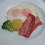 万平ホテル メインダイニングルーム - フライドエッグ&ベーコン