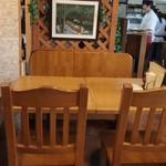 イタリ屋厨房TOMO - ナチュラルなカントリー調の店内
