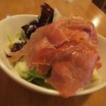 イタリ屋厨房TOMO - 生ハムサラダはチーズ味のドレッシング。