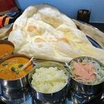 インド料理店 キングカレー - ランチBセット  820円(税込) カレー2種類・ナン・ライス・サラダ・ソフトドリンク付 日替わりで6種類の中からマトンと野菜を選択 カレーはスープタイプでサラサラ系 ナンかライスはお代り1回可能