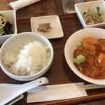 チャイニーズキッチン ヌーリー - 料理写真:ヌーリーランチB海老のチリソース 1,050円 坦々麺、胡麻団子、小鉢、サラダ、ライス、漬物