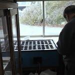 ガード下食堂 - 店内の回転まんじゅうを焼くスペース。料理を作る厨房は別の場所。