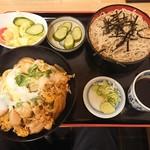 そば処 あらいや - 親子丼と手打ちそば定食(928円・税込)