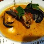 112028479 - この日の〈魚介スープカレー〉のムール貝のカレー(別途惣菜、ライスのプレートが付きます)