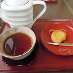 11203367 - ほうじ茶と上生菓子