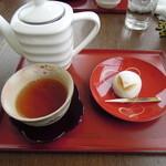 11203369 - ほうじ茶と上生菓子