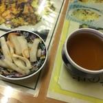 天龍菜館 - 小皿とお茶