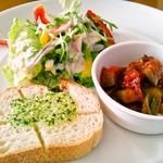 バッカナーレ - ランチの「サラダ盛り合わせ」ガーリックトースト&サラダ&ラタトゥイユ