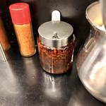 なぜ蕎麦にラー油を入れるのか。 - ツユに入ってるラー油はごま油の風味をプラスしていて辛さはほとんどないので辛さが欲しい場合は卓上のラー油をインします!途中からの味変にぴったり!