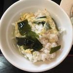 雲隆 - 若鶏の唐揚げ定食のスープにご飯投入