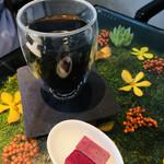 ノム コウベ - 2重構造のダブルウォールグラス。オシャレだし手が熱くならないの。赤いのはなめらかな有機チョコレート。