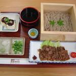 さらしな - 大垣は枡の生産日本一!ヒノキの一升枡に冷たい井戸水を張り、見た目も涼やかな手打そば。細く長く長寿を願うそばで縁起よく〼〼(枡枡)福が訪れますように。自家製みそだれやっこ(大垣の豆腐)付