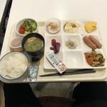 ホテル関西 - 朝食バイキング。ここまで茹で上げたソーセージは、初めてです。でも、美味いオカズもありました。