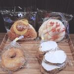 ササキパン本店 - ①左上…クリームパン ②右上…サンライズ(各¥130) ③左下…ドーナツ(¥65)④右下…ラスク(¥100)