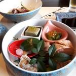 テラス - 二段目はヨモギ豆腐、おひたし、桜鯛のお寿司、合鴨のロース、鯛の子の旨煮、ゆり根の蜜煮。