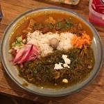 ハルダモンカレー - サグチキン(ほうれん草、小松菜)+ビーフカレー(国産もつ入り)¥1300