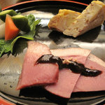 手打ちそばやぶ金 - 【夜】鴨の燻製と出汁巻玉子と浅漬。どれもお蕎麦屋さんの十八番でしょう。